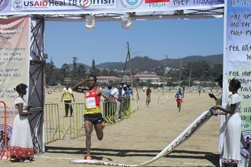 Feyisa Lilesa wins the Ethiopian World Cross Country Trials (Bizuayehu Wagaw)