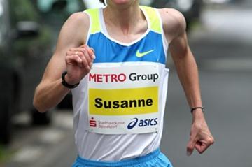 Susanne Hahn en route to her PB 2:29:26 victory in Dusseldorf (Victah Sailer)