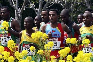 Tariku Bekele runs behind Kidane tadasse Habteselassie of Eritrea in the junior men's race (Getty Images)