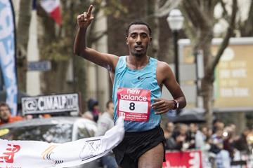 Yitayal Atnafu winning the 2014 Semi-Marathon de Boulogne-Billancourt (Anthony Chaumontel)