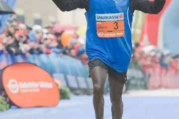 Thomas Ngelel winning the Salzburg Marathon (SAM - Reinhart)