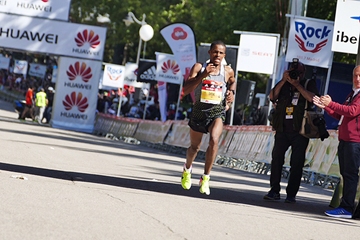 Bonsa Dida on his way to winning the Madrid Marathon (Nacho Barranco)