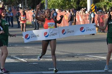 Mary Wacera winning at the 2016 World's Best 10K (Organisers)