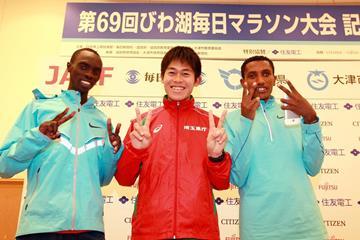 Vincent Kipruto, Yuki Kawauchi and Bazu Worku ahead of the 2014 Lake Biwa Marathon (Victah Sailor / organisers)