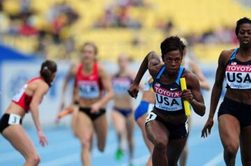 Francena McCorory passes on to Keshia Baker for team USA in the heats of the 4x400m relay (Getty Images)
