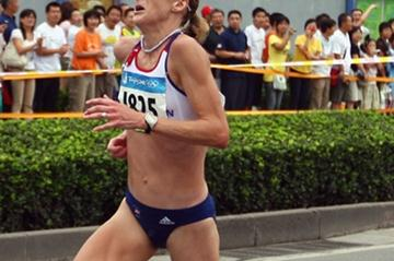 World record-holder Paula Radcliffe struggles with injury in the final stages, but manages to finish in 23rd place (Getty Images)