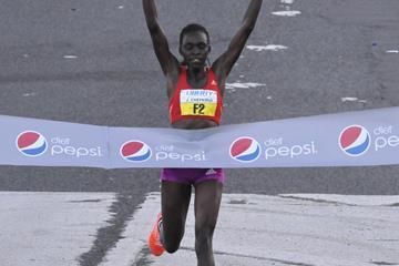 Joyce Chepkirui winning the 2013 World's Best 10K in Puerto Rico (Alvin Rodriguez)