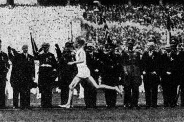 Fritz Schilgen on his way to the Olympic Stadium Berlin 1936 (Foto © Sportmuseum Berlin c/o www.berlin-marathon.com)