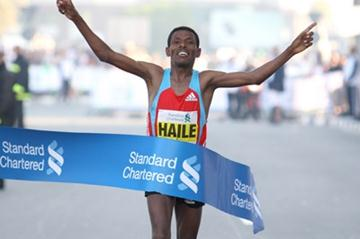 A familiar sight in Dubai - Haile Gebrselassie breaks the tape, this time in 2:06:09 (Victah Sailer)