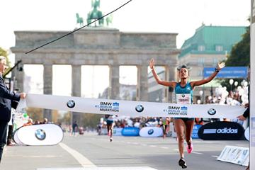 Tirfi Tsegaye winning at the 2014 BMW Berlin Marathon (organisers / www.photorun.net)