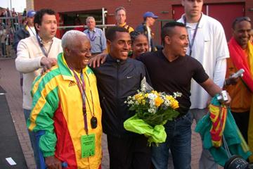 Kenenisa Bekele (ETH) celebrates breaking the 5000m World record in Hengelo (Willem Pfeiffer)