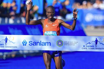 Stephen Mokoka wins the Cape Town Marathon (Roger Sedres / organisers)