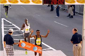 Deriba Merga wins the 2008 edition of the World's best 10km (Denni Lozza - Island Photography)