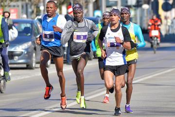 Gdynia men's race, midway, from left: Mengistu Zelalem (5), Ben Somikwo (3) and El Hassan Oubaddi (7) (Organisers)