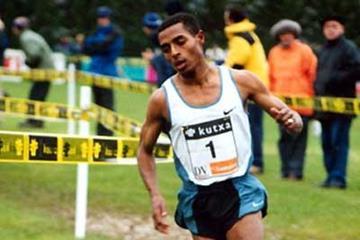 Kenenisa Bekele (ETH) wins 2003 Elgoibar cross country (José Pérez Gómez)