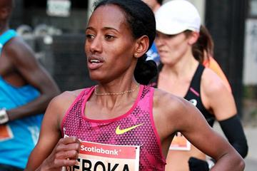 Mulu Seboka on her way to winning the Toronto Waterfront Marathon (Organisers / Victah Sailer)
