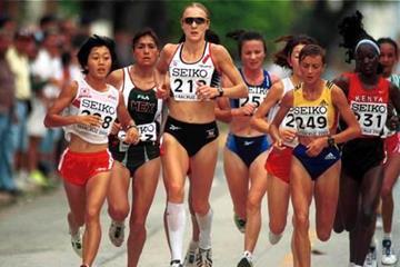 Paula Radcliffe in the lead at the 2000 IAAF World Half Marathon Championships (© Allsport)