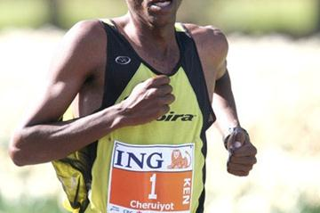 David Cheruiyot en route to his third Ottawa victory in 2008 (Victah Sailer)