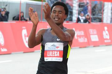 Ethiopia's Feyisa Lilesa crosses the finish line at the 2012 Chicago Marathon (Getty Images)
