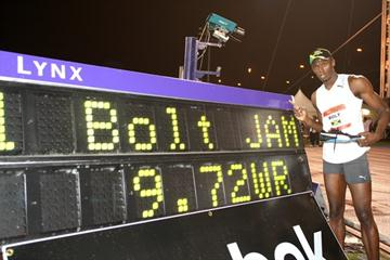Usain Bolt with his World record clock in New York (Victah Sailer)