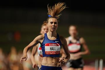 Linden Hall en route to her 1500m victory in Sydney (Getty Images)