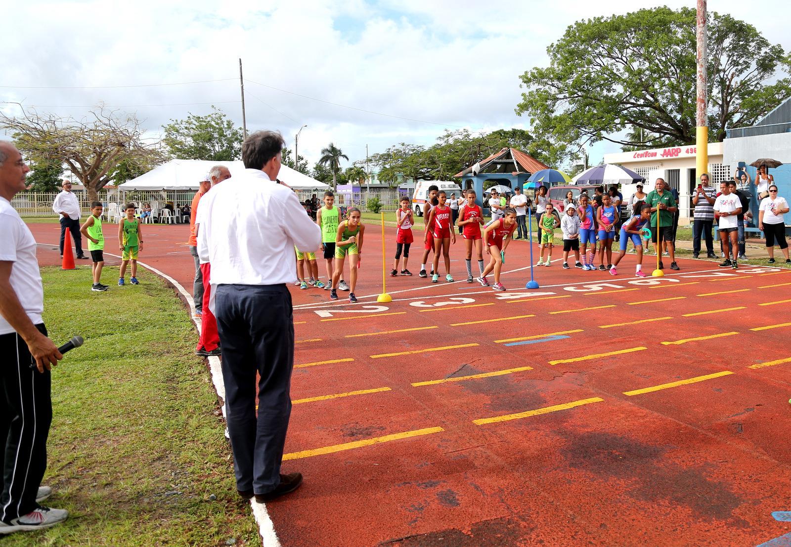 IAAF President Sebastian Coe with local athletes in Toa Baja, Puerto Rico (Hector Martinez)