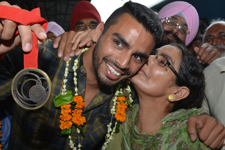 Arpinder Singh celebrates his Commonwealth medal with his mother (AFP / Getty Images)
