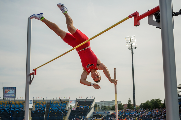 Deakin Volz wins the men's pole vault in Bydgoszcz ()