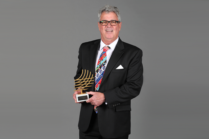 Harry Marra with the IAAF Coaching Achievement Award (Giancarlo Colombo)