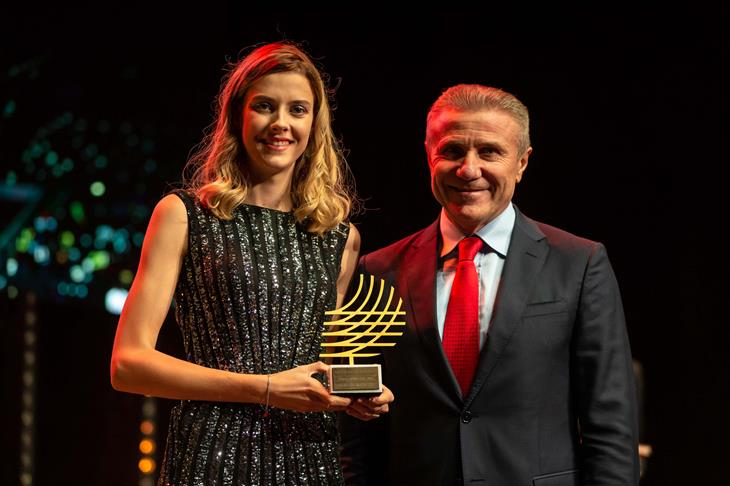 2019 Rising Star Award winner Yaroslava Mahuchikh with World Athletics Senior Vice President Sergey Bubka (Dan Vernon)