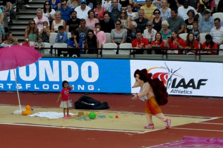 Child plays in the long jump pit with Hero the mascot (Olaf Brockmann)
