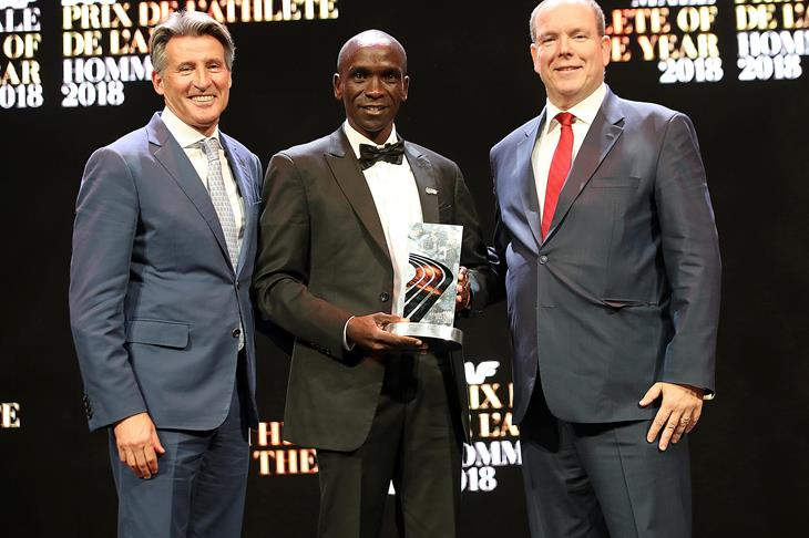 IAAF Male Athlete of the Year Eliud Kipchoge (c) with IAAF President Sebastian Coe and HSH Prince Albert of Monaco (Giancarlo Colombo)
