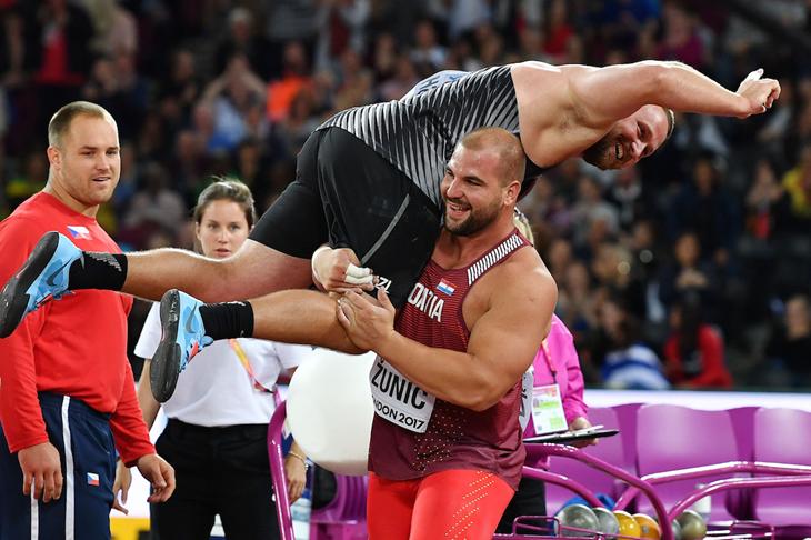 Tom Walsh celebrates shot put gold  (Getty Images / AFP)