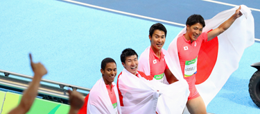 The Japanese 4x100m relay on their lap of honour (AFP / Getty Images)