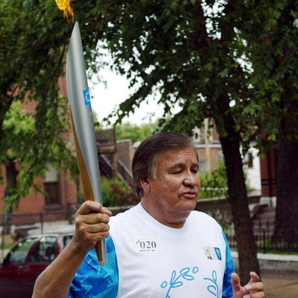 Billy Mills carries the 2004 Olympic flame (Getty Images)